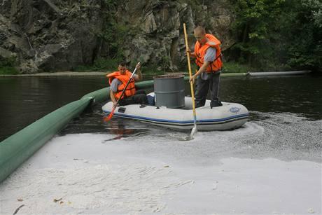 Hasiči likvidují olejovou skvrnu na Vltavě v Českém Krumlově (3.9.2009)