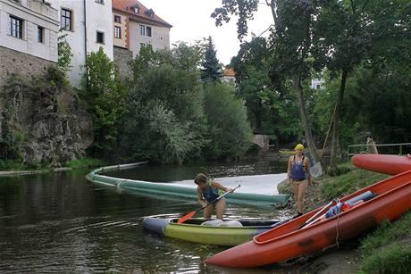 Vodáci museli přenášet lodě kolem norných stěn v Českém Krumlově