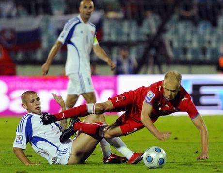 Slovensko - Česko: Vladimír Weiss ml. (vlevo) a David Jarolím v tvrdém souboji