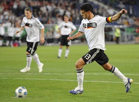 Německo: záložník Michael Ballack střílí gól