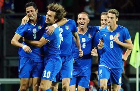 Itálie: fotbalisté se radují z gólu