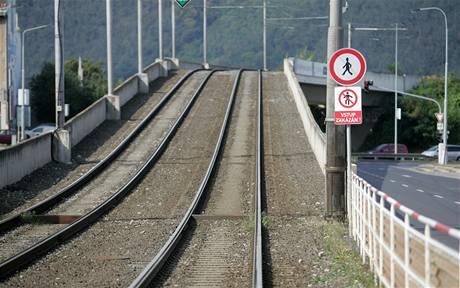 Tramvaje nemohou jezdit přes most v pražských Modřanech, který se vychýlil o 20 centimetrů. (7. září 2009)