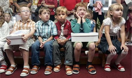 Prvňáci ze základní školy v Holešově dostali zdravotní obuv. (1. září 2009)