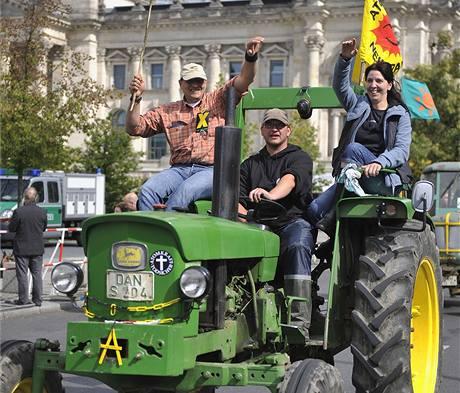 V Berlíně protestují desetitisíce odpůrců jaderné energie. K Braniborské bráně se sjelo 300 traktorů (5. září 2009)