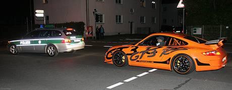 Účastníkům závodu Diamond Race vydali v německém Weidenu jejich auta. Policie je vyprovodila k hranicím (6. září 2009)