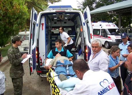 Zdravotníci odvážejí jednu ze zraněných při nehodě českého autobusu cestovní kanceláře Firo Tour, ke které došlo 1. září při návratu z výletu v horách nedaleko tureckého města Antálie.