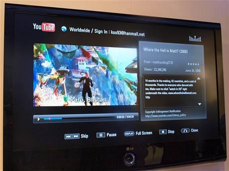 LG BD390 umí přehrávat videa nejen z BlueRay, ale také YouTube a dalších stránek. Poradí si se síťovými disky, USB disky, Wi-Fi připojením, fotkami, formáty DivX a MKV i titulky.