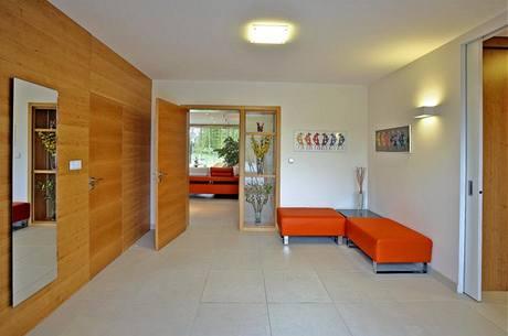 Dveře, obložení stěny a vestavěný nábytek na míru jsou provedeny v olšové dýze