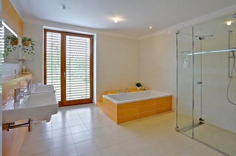 Koupelna rodičů ctí oranžovo-bílý barevný princip i čistotu a jednoduchost tvarů