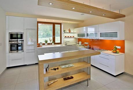 Kuchyně má podle architekta Chválka vyzařovat čistotu, to bílá linka v laku dokonale splňuje