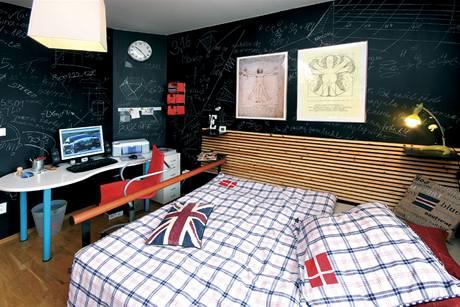 Stěna v pokoji syna je natřená černou tabulovou barvou, lze na ni psát i mazat po libosti