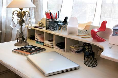 Psací stůl s miniaturami židlí od Vitry