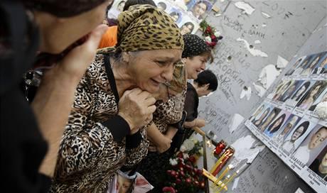 Na oběti ze školy v Beslanu vzpomínaly stovky lidí (1. září 2009)
