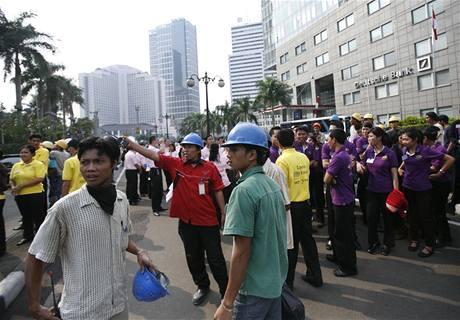 Zemětřesení vyhnalo z budov v metropoli Jakartě stovky lidí (2. září 2009)