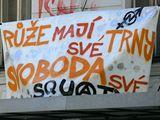 Squaterský plakát na opuštěné budově