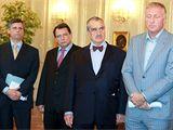 Premiér Jan Fischer, předseda ČSSD Jiří Paroubek, předseda TOP 09 Karel Schwarzenberg a předseda ODS Mirek Topolánek po setkání s prezidentem Václavem Klausem. (2. září 2009)