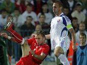 Slovensko - Česko: hostující Michal Kadlec (vpravo) odkopává míč před Róbertem Vittekem