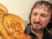 Letovický řezbář dokončil dar pro papeže. Ze dřeva vyřezal svatého Petra a Pavla.