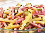 Salámový salát s okurkami
