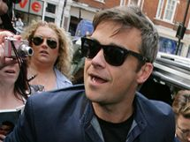 Robbie Williams p�ed britsk�m Radio One, kde p�edstavil sv�j nov� singl Bodies