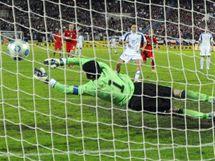 Slovensko - �esko: hostuj�c� brank�� Petr �ech inkasuje g�l z penalty od Marka Ham��ka