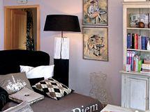 Obývací pokoj je laděný do nadčasové bílé, šedé  a černé