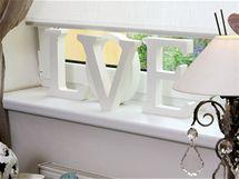 Okno nezapře zálibu majitelky v drobných dekoracích