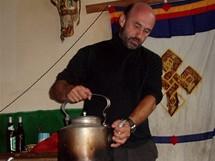 Expedice Sulovského postupuje Tibetem k Cho Oyu.  Radovan Galoš Marek v čajovně