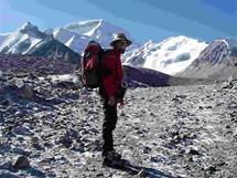 Expedice Sulovského na Cho Oyu. Kamil Bortel, vzadu Cho Oyu