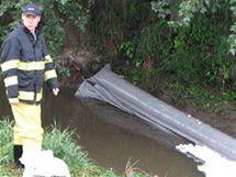 Nehoda kamiónu u Měnína, hasiči staví norné stěny.