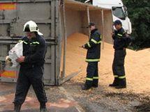 Nehoda kamiónu u Měnína, vysypaný náklad kukuřice.