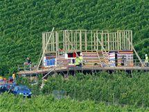 Moderátor staví dům z lega