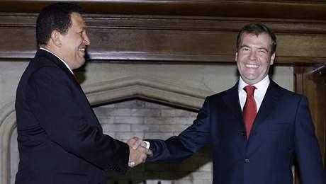Ruský prezident Medveděv s venezuelským prezidentem Chávezem v rezidenci Barvicha u Moskvy (10. září 2009)