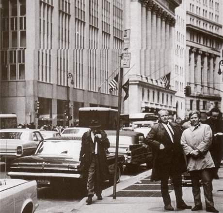 Václav Havel (vpravo) s přítelem Stanislavem Macháčkem na jaře 1968 v New Yorku, před burzou na Wall Streetu.