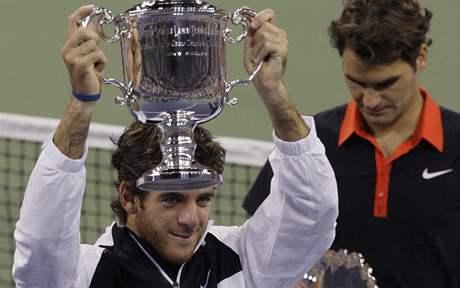 Vítězný Juan Martin Del Potro (vlevo), poražený Roger Federer. US Open 2009