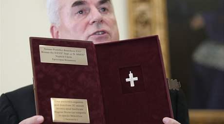 Brněnský biskup Vojtěch Cikrle představuje jeden z darů pro Benedikta XVI.