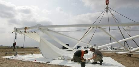 Stavbu podia pro papeže na brněnském letišti komplikoval silný vítr.