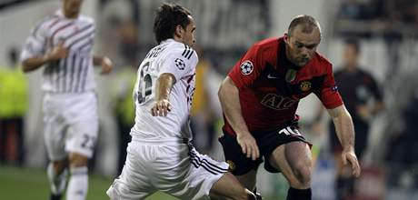 Besiktas - Manchester; Sivok (vlevo) zasahuje proti Rooneymu