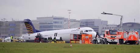 Stroj Fokker 100 musel nouzově přistát na letišti ve Stuttgartu kvůli problémům s podvozkem (14. září 2009)