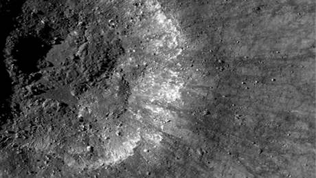 První snímky Měsíce, které NASA získala se sondy Lunar Reconnaissance Orbiter, jež mapuje jeho povrch