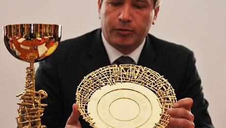 Primátor Roman Onderka představil dary pro papeže.