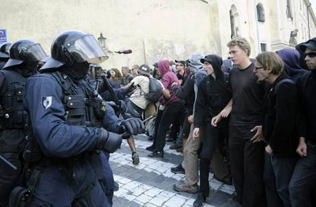 squateři se při obsazování domu na Albertově střetli s policií.