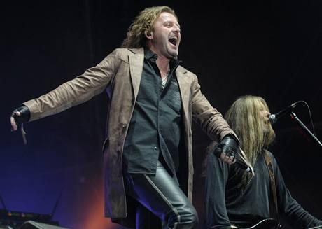 Zpěvák hudební skupiny Kabát Josef Vojtek při vystoupení, kterým 12. září v Praze skupina oslavila 20. výročí své existence ve stejné sestavě.