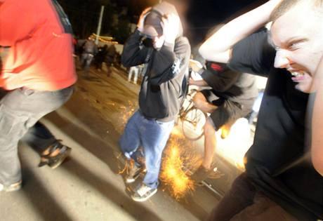 Policie zasahuje proti demonstrantům, kteří obklopili dům obsazený squatery.