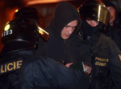 Zadržení sympatizanti squatingu, které policie pozdě večer zadržela v ulicích Albertova.