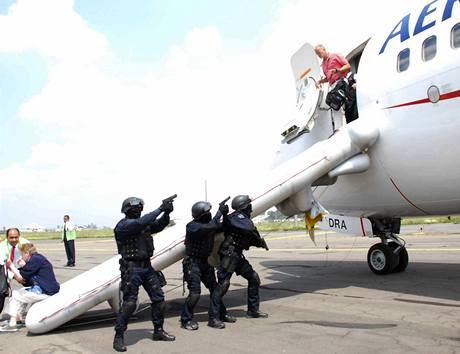 Mexická policie osvobozuje pasažéry Boeingu 737, které unesl José Flores (10.9.2009)