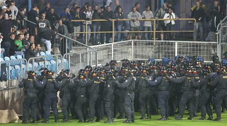 Policie musela zasáhnout na stadionu v Opavě kvůli výtržnostem chuligánů při zápase domácích s Baníkem Ostrava