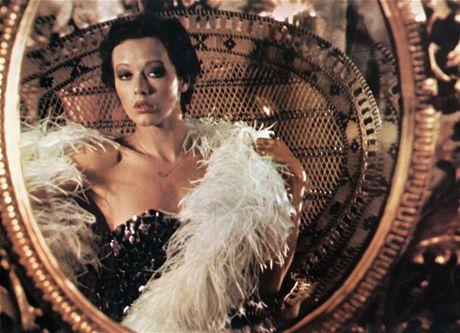 Silvia Kristelová v roli, která ji navždy proslavila. V originále se ta dívka jmenovala Emmanuelle (1974).