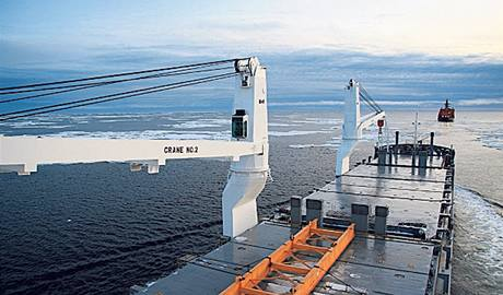 Dvě nákladní lodě hamburského rejdařství v Barentsově moři.