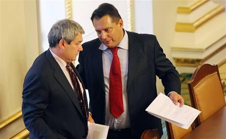 Vojtěch Filip (KSČM) a Jiří Paroubek (ČSSD) v Poslanecké sněmovně. (15. září 2009)